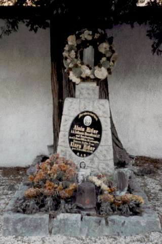 photo of grave of Hitler's parents in Leonding